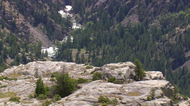 vídeos y material grabado en eventos de stock de ms aerial shot of basin in valley / wyoming, united states - depresión
