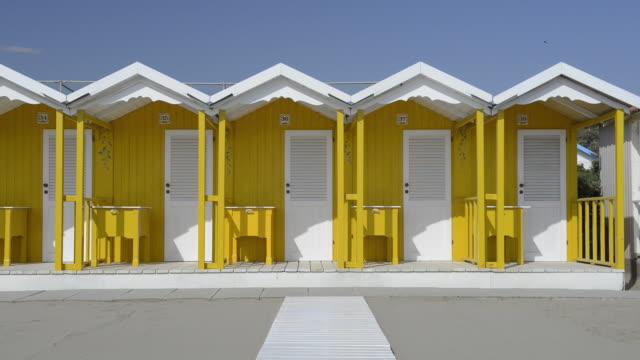 vídeos y material grabado en eventos de stock de ms shot of beach huts / forte dei marmi, tuscany, italy - cinco objetos