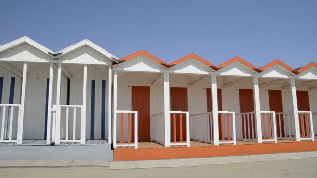 ms pan shot of beach huts / forte dei marmi, tuscany, italy - medium group of objects stock videos & royalty-free footage