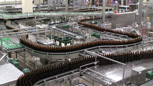 ws shot of beer production at brewery, bitburger pils / bitburg, rhinland palatinate, germany - attrezzatura industriale video stock e b–roll