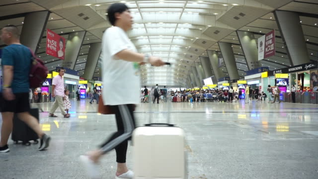 stockvideo's en b-roll-footage met ms shot of beijing south railway station / beijing china - informatiebord