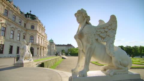 vidéos et rushes de ms shot of belvedere palace and gardens / vienna, austria - palais du belvédère vienne
