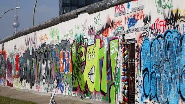 vídeos de stock, filmes e b-roll de ms shot of berlin wall museum east side gallery at muhlenstrabe / berlin, germany - east berlin