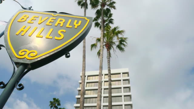 ms t/l shot of beverly hills shield sign / beverly hills, california, united states - beverly hills bildbanksvideor och videomaterial från bakom kulisserna