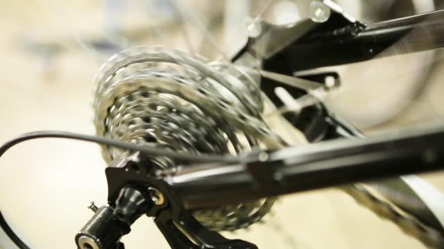 shot of bicycle chain - speichen stock-videos und b-roll-filmmaterial