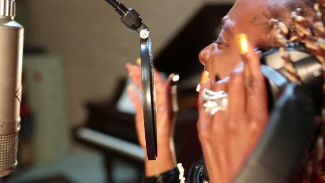 vídeos y material grabado en eventos de stock de cu shot of black woman singing in recording studio / santa fe, new mexico, united states - cantante