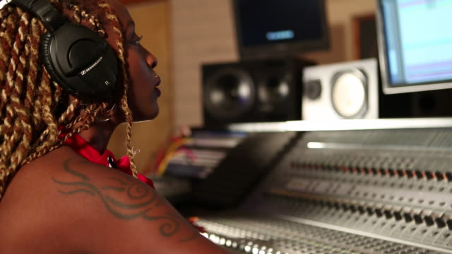 stockvideo's en b-roll-footage met ms tu td shot of black woman working at recording studio / santa fe, new mexico, united states - artiest