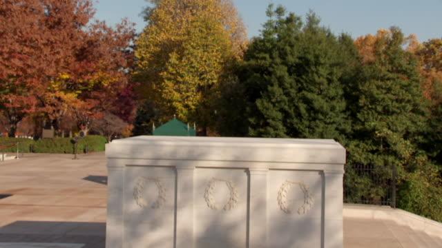 vídeos y material grabado en eventos de stock de ws td shot of blue sky to tomb of unknowns at arlington national cemetery / washington, district of columbia, united states - arlington