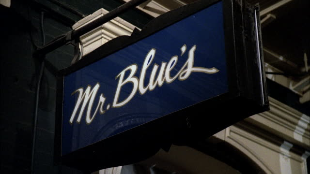 vidéos et rushes de ms pan shot of blues restaurant and entrance - ornement
