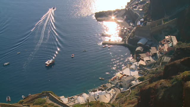 stockvideo's en b-roll-footage met ms ha shot of boat and houses near sea coast at village oia / santorini, cyclades, greece - oia santorini
