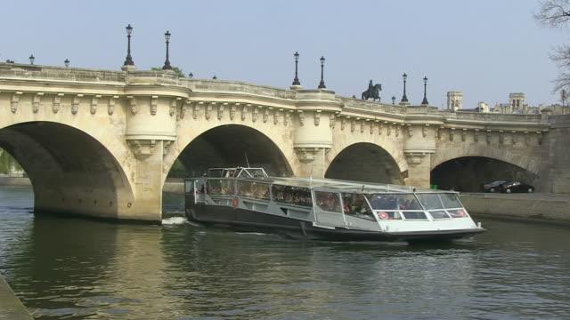 ms shot of  boat passing under pont neuf bridge at seine river / paris, ile de france, france - ポンヌフ点の映像素材/bロール