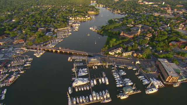 ms aerial shot of boats and waterfront homes on spa creek inlet of chesapeake bay / annapolis, maryland, united states - maryland delstat bildbanksvideor och videomaterial från bakom kulisserna