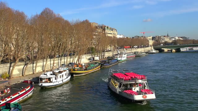 ms shot of boats in river and house at av. de new york / paris, ile de france, france - ile de france stock videos and b-roll footage