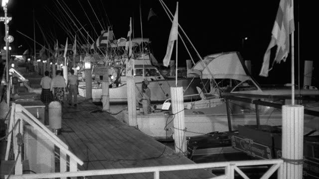 vidéos et rushes de ms shot of boats tied with their slips - voilier à moteur