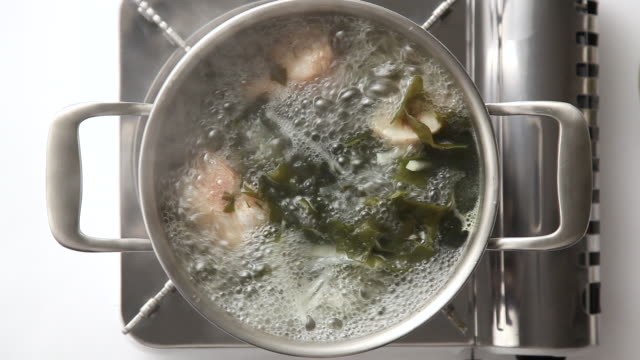 stockvideo's en b-roll-footage met cu ha shot of boiling miyeokguk (sea mustard soup) / seoul, south korea - pannen