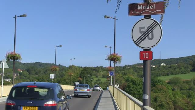 vidéos et rushes de ms shot of border bridge luxembourg-germany / schengen, moselle, luxembourg - grand duché du luxembourg