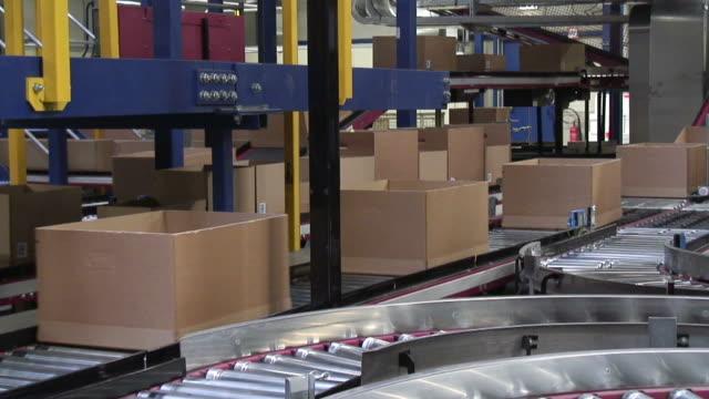 vídeos y material grabado en eventos de stock de ms shot of box moving on conveyer belts in warehouse / hamburg, germany - cinta transportadora