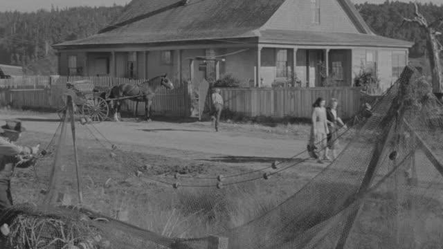vídeos de stock e filmes b-roll de ms ts pan shot of boy running towards house  - aldeia de pescador