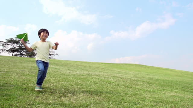 vídeos de stock, filmes e b-roll de ms slo mo shot of boy throwing paper airplane / seoul, south korea - gaivota