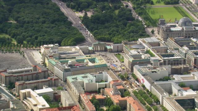 stockvideo's en b-roll-footage met ms aerial zo shot of brandenburg gate and building with road way near river / germany - brandenburgse poort
