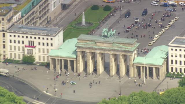 stockvideo's en b-roll-footage met ms aerial zo shot of brandenburg gate and houses near river / germany - brandenburgse poort