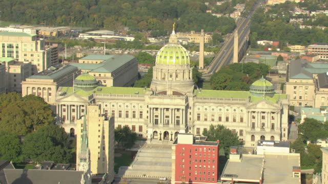 ms aerial zi shot of brass commonwealth statue at top of state capitol building / harrisburg, pennsylvania, united states - ペンシルベニア州点の映像素材/bロール