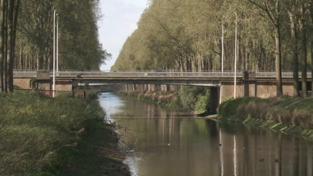 vidéos et rushes de ms shot of bridge crossing canal of damme / damme, flanders, belgium  - canal eau vive