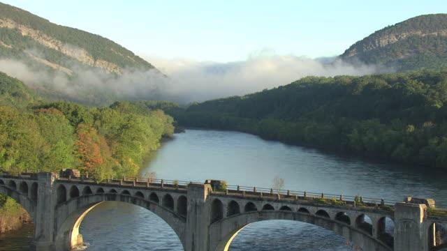ws aerial shot of bridge with clouds in delaware water gap along delaware river / pennsylvania, united states - デラウェア川点の映像素材/bロール