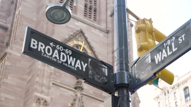 vídeos de stock e filmes b-roll de ms shot of broadway and wall street street signs / new york, united states - placa de nome de rua