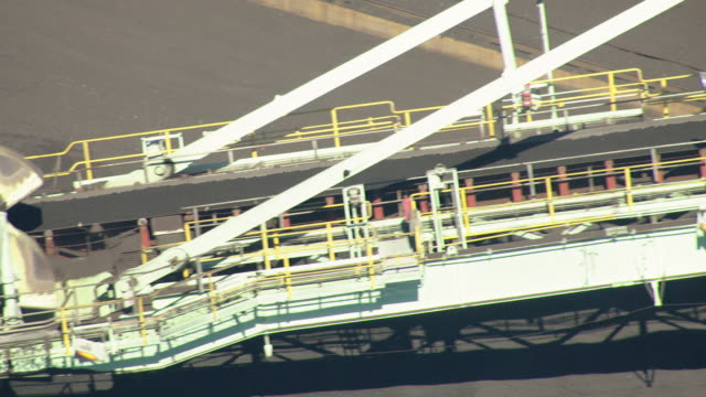 stockvideo's en b-roll-footage met cu pan shot of bucket wheel excavator circling and track coal on conveyor belt at mcduffie coal terminal / alabama, united states - emmer