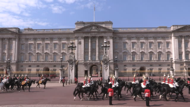 ms shot of buckingham palace audio / london, united kingdom - バッキンガム宮殿点の映像素材/bロール