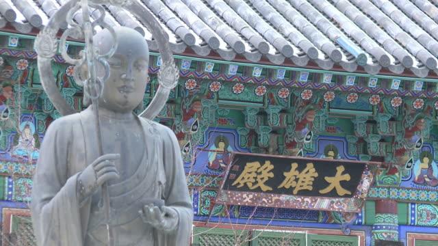 vídeos de stock e filmes b-roll de shot of buddha bronze statue and hanging board at wonhyosa temple - figura masculina