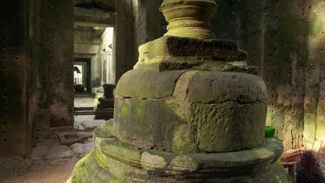 stockvideo's en b-roll-footage met ms tu shot of buddhist stupa base inside central sanctuary of preah khan temple in angkor / siem reap, siem reap province, cambodia - kerktoren