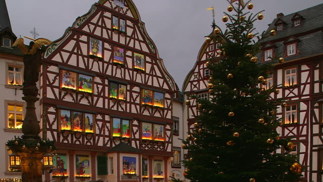 vídeos y material grabado en eventos de stock de ms shot of buildings at bernkastel kues, moselle valley, market square at christmas time / bernkastel kues, rhineland palatinate, germany - plaza del mercado