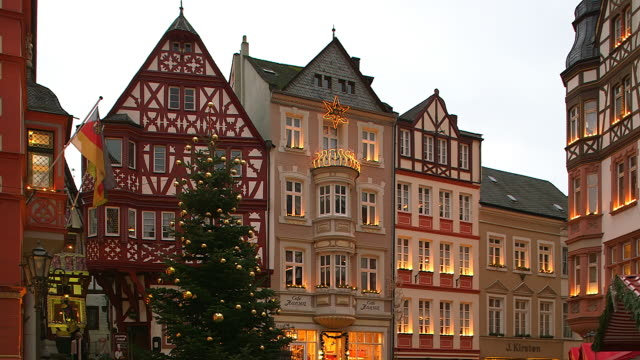 vídeos y material grabado en eventos de stock de ms shot of buildings at bernkastel kues, moselle valley, market square with christmas tree at christmas time  / bernkastel kues, rhineland palatinate, germany - plaza del mercado