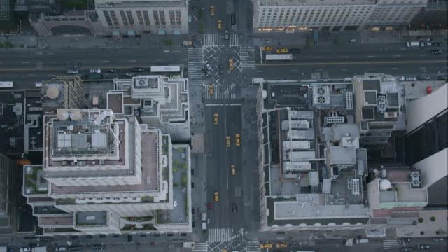 """vidéos et rushes de """"ha zo pan aerial shot of buildings of city  / new york city, united states"""" - zoom arrière"""