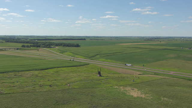 vidéos et rushes de ws aerial ts shot of bull head statue in green grass at porter sculpture park / montrose, south dakota, united states - grandes plaines américaines