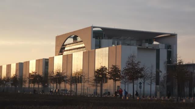 ms shot of bundeskanzleramt (chancellery building) / berlin, germany - nordeuropäischer abstammung stock-videos und b-roll-filmmaterial