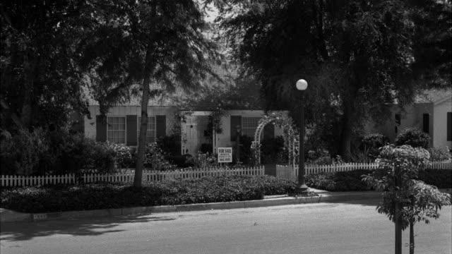 ws shot of bungalow for sale - 不動産の看板点の映像素材/bロール