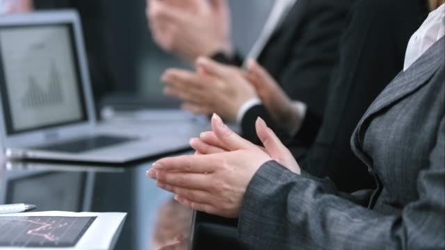 ld scatto di affari mani applauding in sala riunioni - società video stock e b–roll