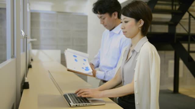 vídeos y material grabado en eventos de stock de ms shot of business woman is working in working space and using laptop computer / kyoto, japan - desk