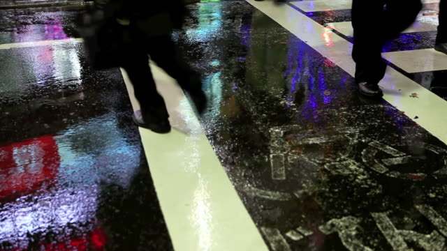vidéos et rushes de ms shot of busy pedestrian street reflections on rainy night in akihabara / tokyo, japan - macadam