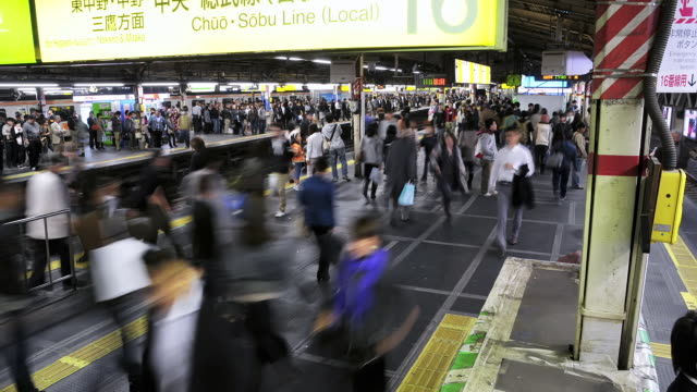 stockvideo's en b-roll-footage met ms t/l shot of busy platform with crowds of people boarding trains at shinjuku station / tokyo, japan - perron