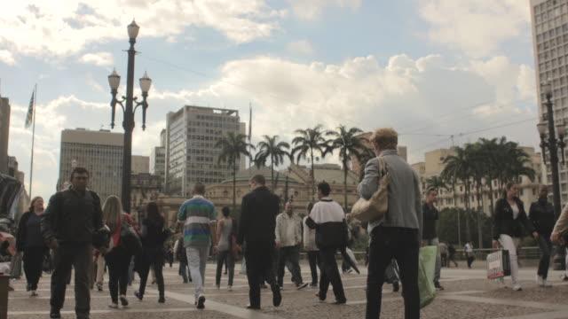 vídeos de stock, filmes e b-roll de ms t/l shot of busy sidewalk and street / sao paolo, brazil - calçada
