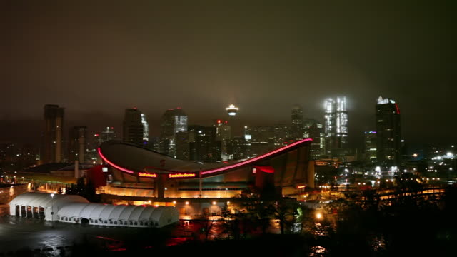 ws shot of calgary saddledome at night / calgary, alberta, canada - 北アメリカ点の映像素材/bロール