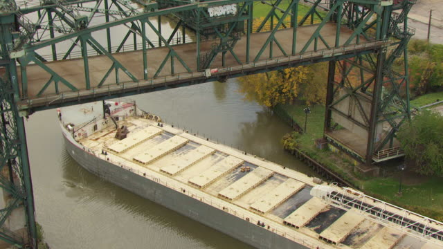 ms ds aerial shot of calumet bulk carrier in cuyahoga river / cleveland, ohio, united states - fiume cuyahoga video stock e b–roll