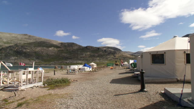 stockvideo's en b-roll-footage met ws shot of canadian campground with flags and tents / torgat mtns, labrador, canada - wiese