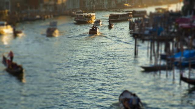 vídeos y material grabado en eventos de stock de ms t/l shot of canal grande at rialto bridge at sunset / venice veneto italy - tilt shift