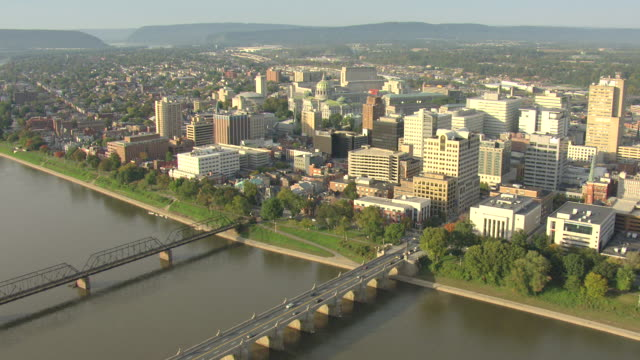 ws aerial shot of capitol building at near susquehanna river / harrisburg, pennsylvania, united states - ペンシルベニア州点の映像素材/bロール