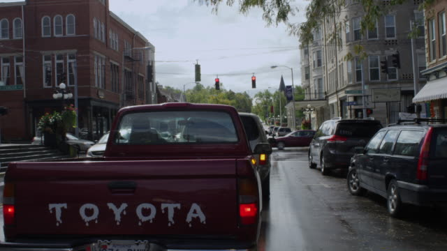 vidéos et rushes de ms pov shot of car driving through small town / winchester, kentucky, united states - kentucky